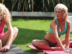 Saucy Aruba Jasmine makes lesbian love with yoga instructor Sienna Day