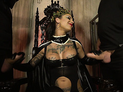 Devilish queen Bonnie Rotten squirts her servant all over