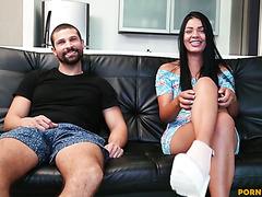 Аматюрная Камила Джонс без колебаний раздвигает ноги перед бородатым мачо