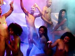 Пьяная оргия в ночном клубе с четырьмя черными потаскухами