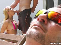 Райли Рид ебется с пасынком дяди у бассейна возле спящего дядьки