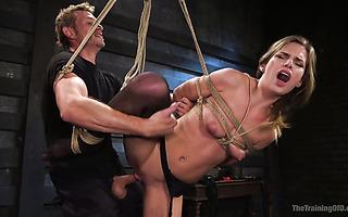 Stieftochter Cadence Lux wird von BDSM-liebenden Stiefeltern hasserfüllt gefickt