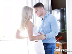 Чарующая блондинка Кайла Лионс требует мужскую плоть