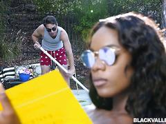 Черная богачка Ана Фокс смакует белый хуй чистильщика бассейнов