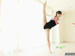 Японская гимнастка Харуна показывает шпагат и мохнатку в соло
