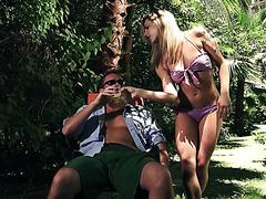 Грудастая блондинка Далия Скай успевает пососаться с подругой и поебаться на стороне