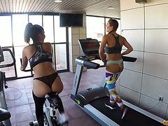 Сьюзи Гала и Айша ебутся в троячке после тренировки