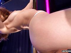 Гибкая стройная японка Салли Йошино танцует стриптиз