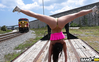 Kelsi Monroe twerks her booty and enjoys public outdoor fuck