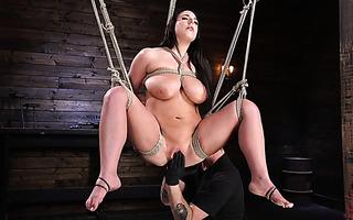 Hardcore BDSM Dreier mit der versauten Kacie Castle und Sadie Santana