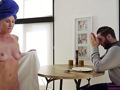 Горячая зрелка Софи Мари учит пасынка ублажать женщин