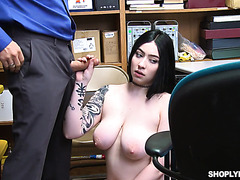 Thicc chubby goth Amilia Onyx works with beaver on security guy's junk