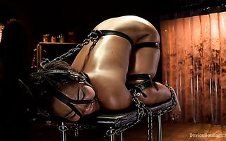 Abigail Dupree bekommt ihre Muschi von einem Dildo in BDSM-Action zerstört
