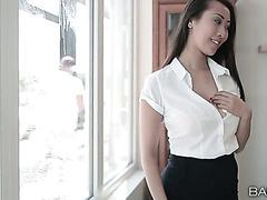 Азиатка с идеальной фигурой ебется с мойщиком окон в своем кабинете