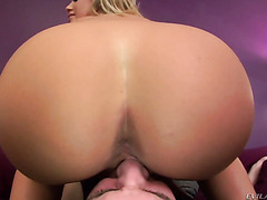 Facesitting and a handjob from a hot blonde chick Nicole Aniston