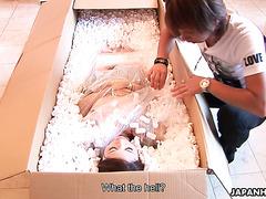 Японская секс кукла Иори Мизуки исполняет минет своему владельцу