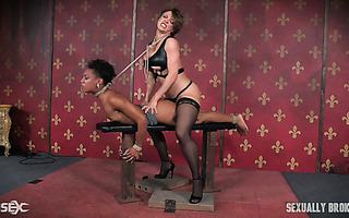 Ebony Nikki Darling wird von ihrem weißen Meister angekettet und gefickt